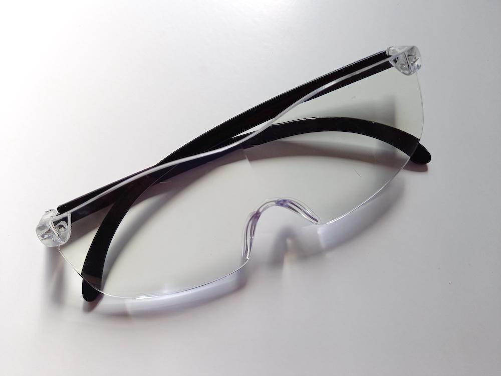 袋から出した、ダイソーのメガネ型ルーペ
