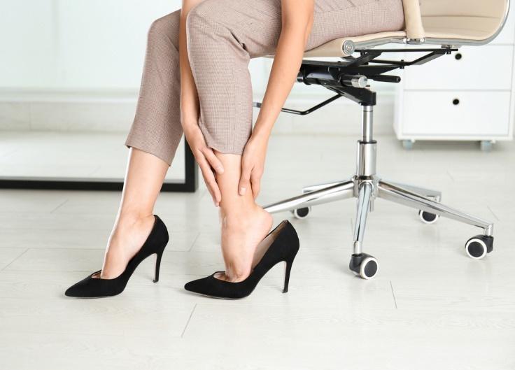 足首を押さえる女性の足元画像