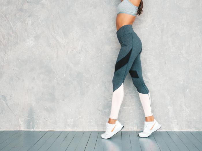 つま先立ちしている女性の脚