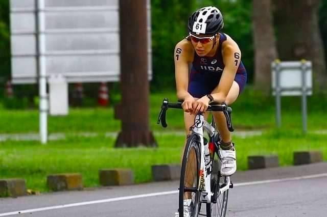 バイクに乗っている飯田選手