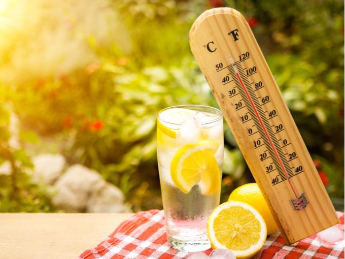 温度計と冷たいドリンク