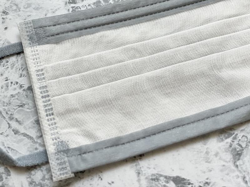 スパンレース不織布&ガーゼマスクを袋から出して中面のアップ