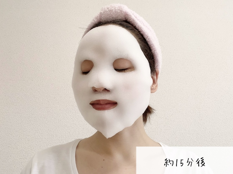 リッツ ホワイト 白泡ブライトニングマスクのシートマスクから泡が出てきた様子