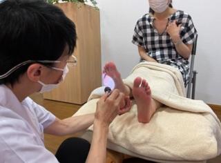 偏頭痛で悩む人は試してみて! 足刺激と深い呼吸で全身の緊張をほどく方法