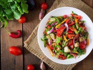 ピーマン、かぼちゃ、ミニトマト、ほうれん草のうち、100g食べれば成人の半日分以上のビタミンCがとれる野菜はどれ?~ダイエットに役立つ栄養クイズ~