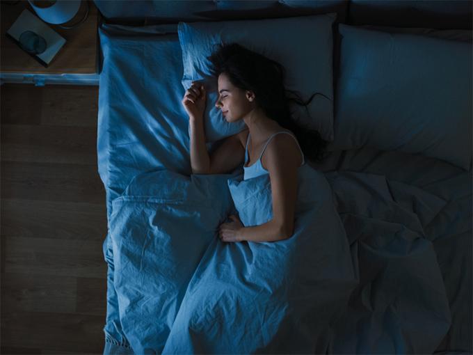 横向きで寝ている女性
