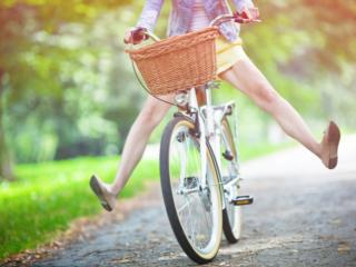 エアロバイクの乗る女性