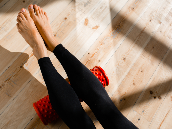足の疲れをほぐす女性