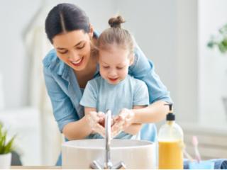 手洗いをする親子