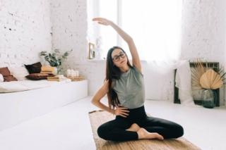 女性が座って伸びをしているイメージ画像