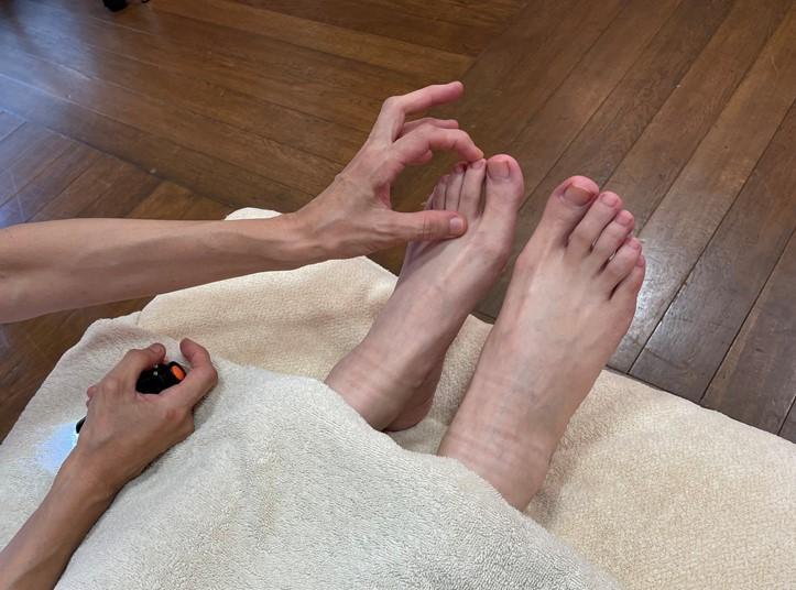 左足の人さし指に先生がふれる画像