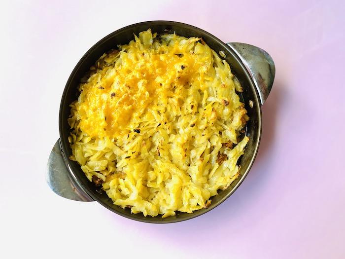 フライパンで焼いて、チーズをのせたロスティ