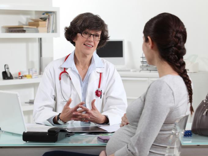 妊婦を問診するドクター