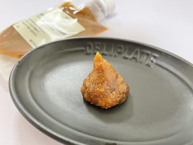 無印良品 柚子入り はかた地どりの肉味噌をお皿に出す