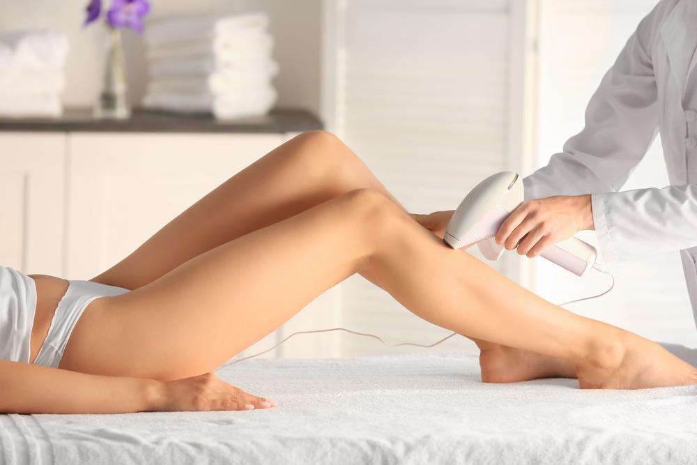 脱毛している女性の脚