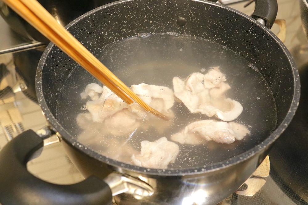 スパゲッティを茹でた鍋で豚ロース肉をさっと温める
