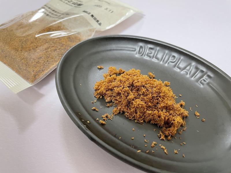 素材を生かしたふりかけ かつおと山椒をお皿に出す