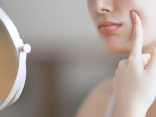 化粧水がしみる、ヒリヒリする、赤くなる…肌の「おくすりサイン」を見逃さないで!