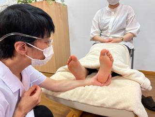 不規則な生活が原因で不調に… 病気の原因になりやすい「冷え」を解消するための足刺激方法とは?