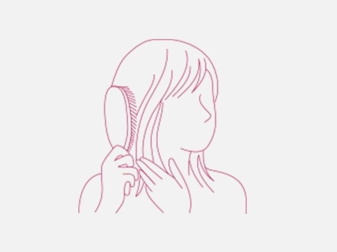 髪をブラシでとかしている女性のイラスト