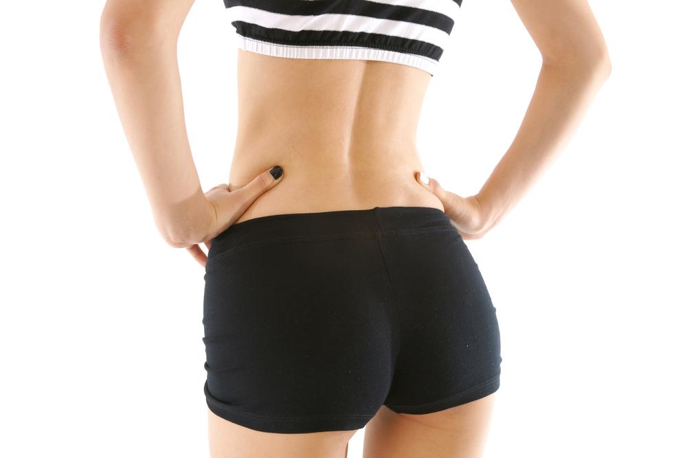 黒いショートパンツを履いている女性のイメージ