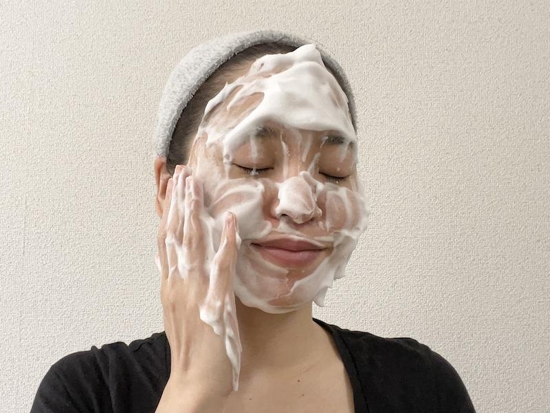酵素洗顔泡を顔に乗せる